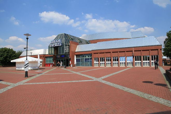 800px-Bochum_-_Stadionring_-_Starlight_Express_02_ies